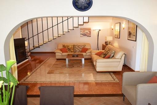 Gemütlicher Wohnbereich und Treppe