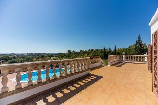 Terrasse mit Zugang zum Pool