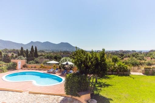 Idyllischer Garten und Poolbereich