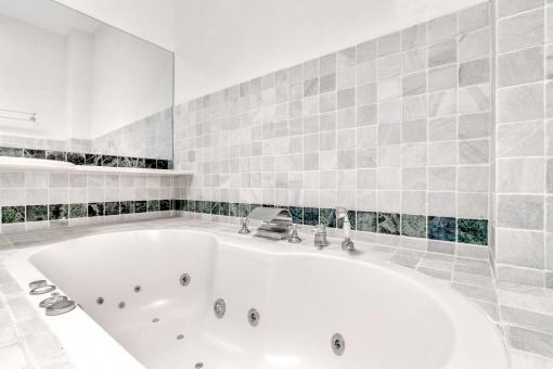 Modernes Badezimmer mit Badewanne mit Massageduschen