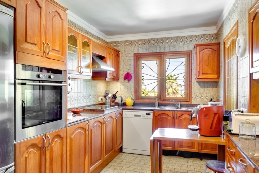 Fully equipped eccentric kitchen
