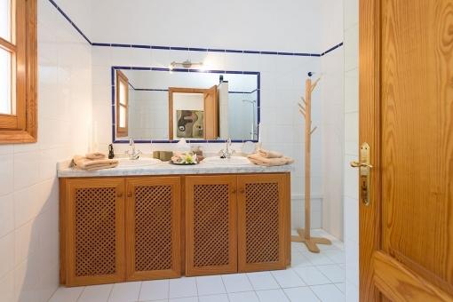 Badezimmer mit Doppelwaschbecken und Tageslicht