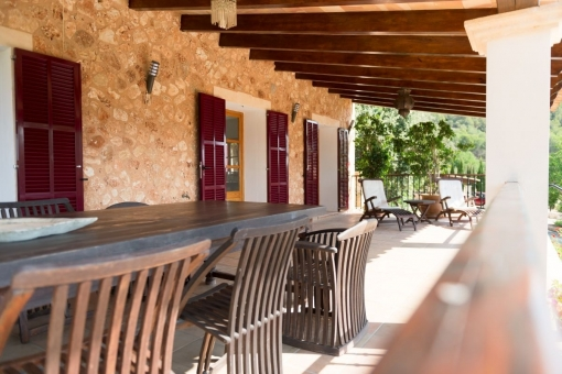 Große überdachte Terrasse mit Sitzgelegenheit