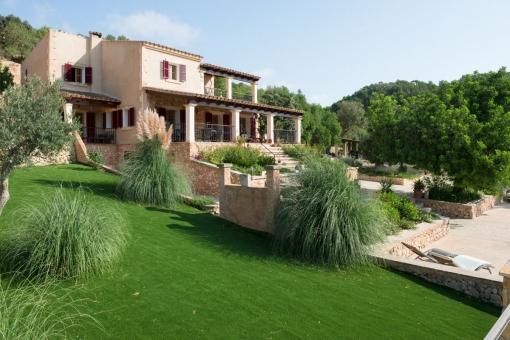 Blick in den gut gepflegten Garten und auf die Immobilie