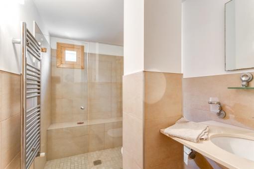 Badezimmer mit ebenerdiger Dusche und Heizung