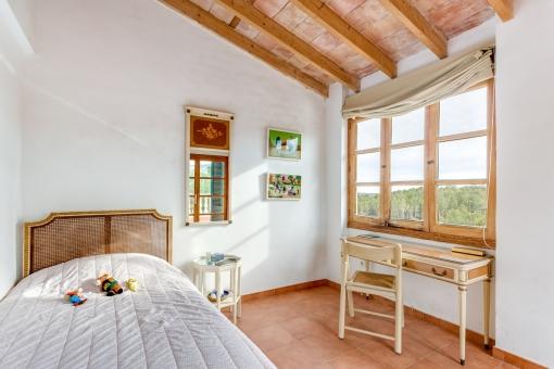 Helles Schlafzimmer auf der Loft-Etage mit Terrassenzugang