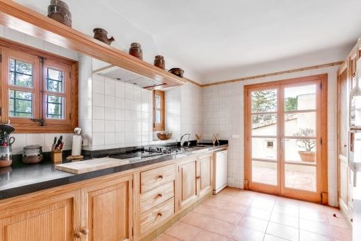 Lichtduchflutete Küche mit Terrassenzugang