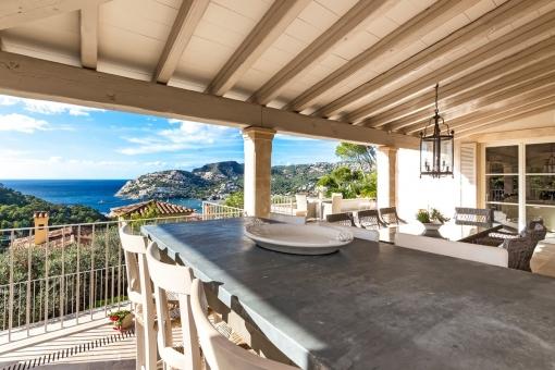 Große, überdachte Terrasse mit wundervollem Ausblick