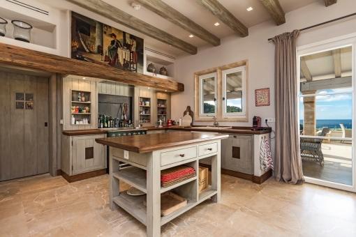 Voll ausgestattete Küche im Landhausstil