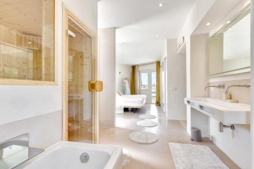 Luxuriöses Hauptbadezimmer en Suite mit Sauna