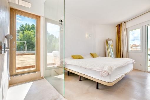 Helles Doppelschlafzimmer mit integriertem Badezimmer