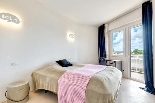 Doppelschlafzimmer mit Zugang zu einem kleinen Balkon