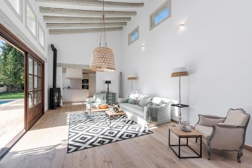 Moderner Wohnbereich mit Küche