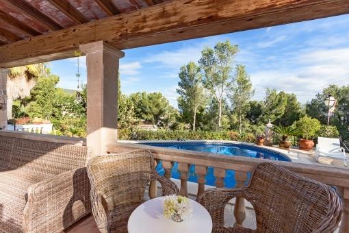 Sitzbereich mit Blick auf die Terrasse mit Pool