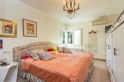 Schönes Hauptschlafzimmer