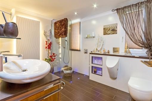 Modernes Badezimmer mit ebenerdiger Dusche