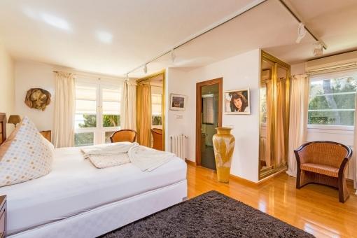 Großzügiges Schlafzimmer mit Badezimmer en suite
