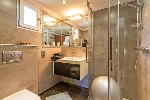 Vier der Badezimmer sind en Suite