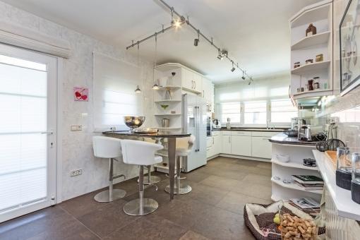 Die Küche bietet eine kleine Essecke