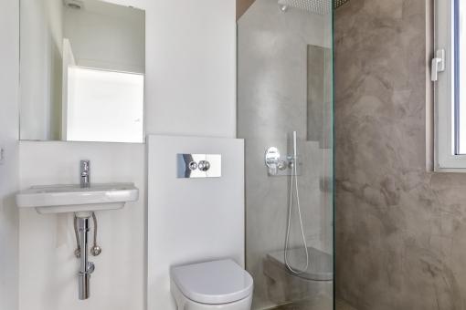 One of 3 bathrooms en suite