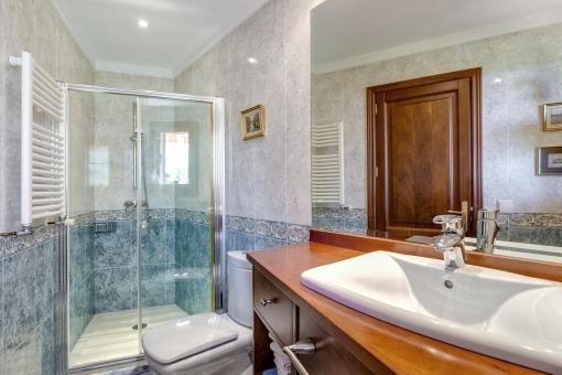 Duschbadezimmer mit Heizung für Handtücher