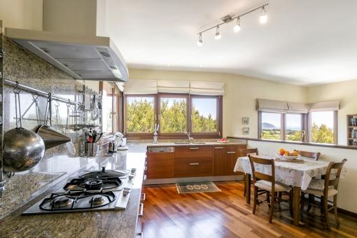 Großzügige und voll ausgestattete Küche mit Frühstückstisch
