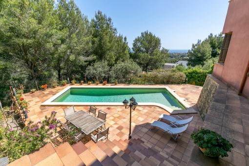 Schöner Poolbereich mit Terrasse und Meerblick