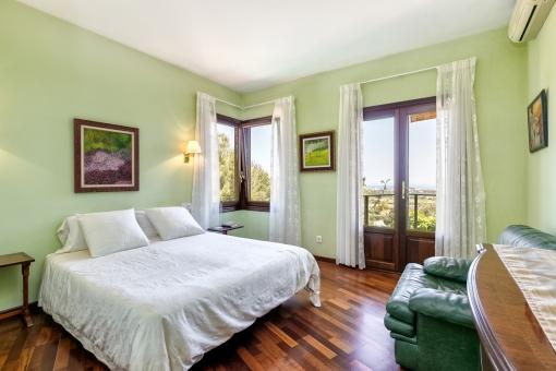 Doppelschlafzimmer mit Landschaftsblick und Terrassenzugang