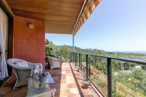 Überdachte Terrasse mit herrlichen Blick über die Umgebung