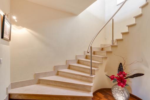 Eine elegante Treppe verbindet die beiden Stockwerke
