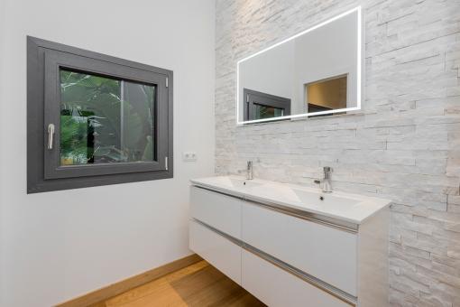Helles Badezimmer mit Doppelwaschbecken