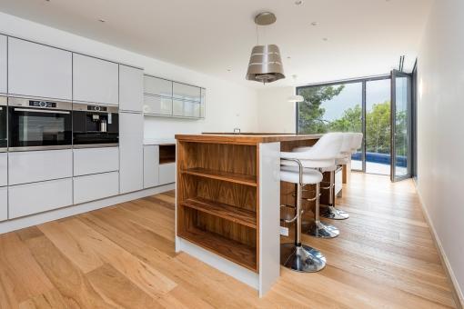 Moderne Küche mit Bar