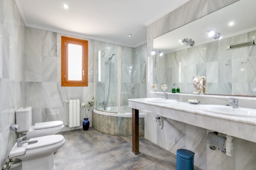 Large bathroom with double-washbasin