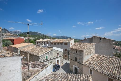Zentral gelegenes, typisch mallorquinisches Dorfhaus in Selva mit Dachterrasse, tollem Ausblick und fairem Preis