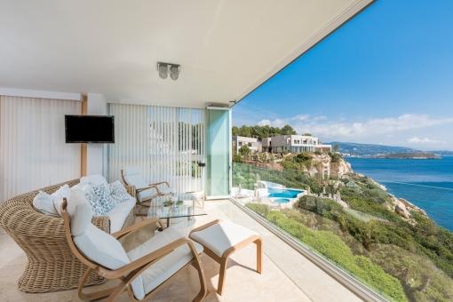 Wundervoller Wohnbereich mit offenem Panoramafenster