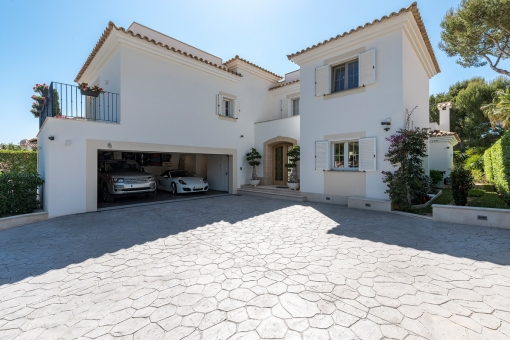 Appealig access to the villa with double-garage