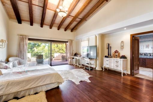 Elegant master bedroom with bathroom en suite
