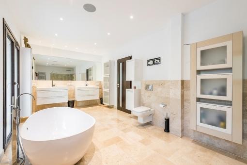 High-quality bathroom with bathtub