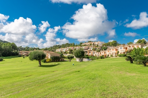 Beautiful terraced house with sweeping views as far as the sea in Golf Vall d'Or