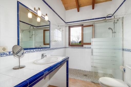 Hübsches Badezimmer mit kleinem Fenster und Dusche