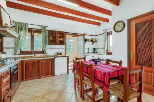 Urige Küche im Landhausstil und gemütlichem Essbereich