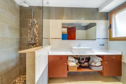 Helles Badezimmer im 310 qm großen Haus