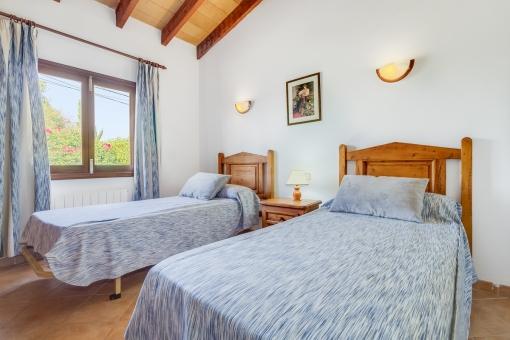 Hübsches Doppelzimmer mit Holzmöbeln