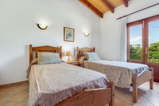 Eines von drei Schlafzimmern mit Terrassenzugang