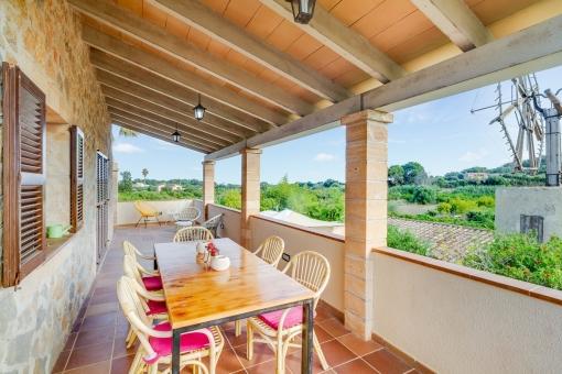 Terrasse mit gemütlichem Essbereich und herrlichem Ausblick