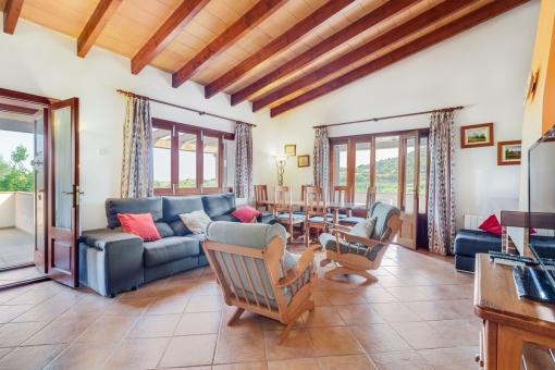 Dachschräge und Holzdeckenbalken geben dem Raum eine gemütliche Atmosphäre