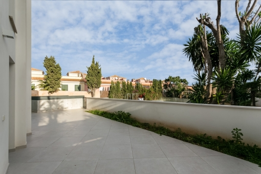 Große Terrasse mit offenem Ausblick