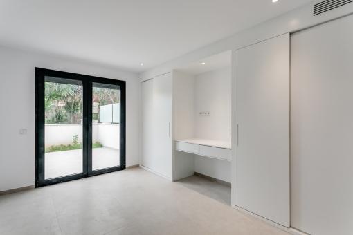 Zweites Schlafzimmer mit Terrassenzugang