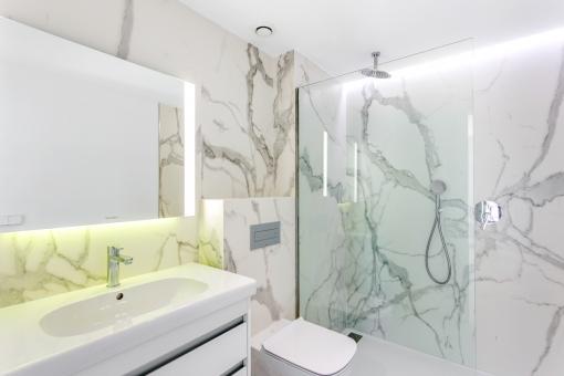 Puristisches Badezimmer mit Dusche