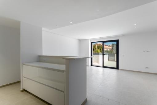 Großzügiger Wohnbereich mit Terrassenzugang